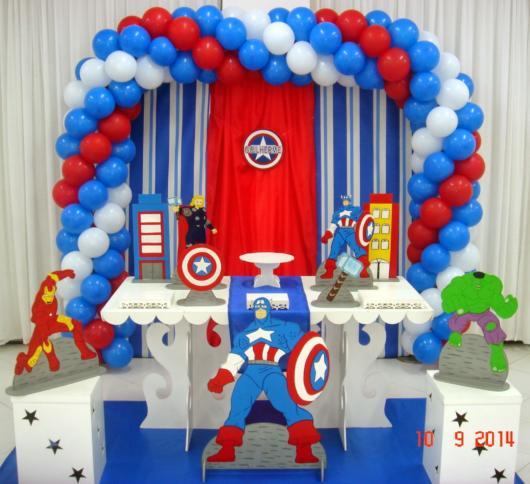 Decoração do Capitão América com arco de balões nas três cores do herói