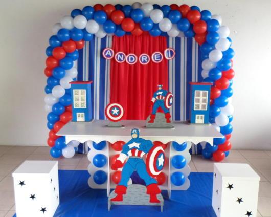 Os balões coloridos formam um lindo arco essencial para decorar sua festa