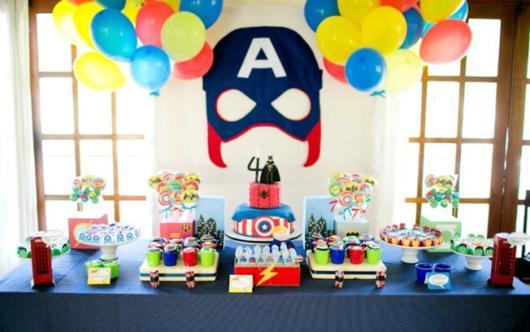 Que tal produzir a máscara do Capitão América e colocar no fundo da mesa?
