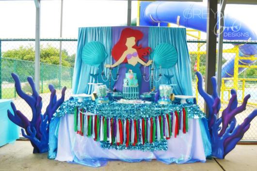 Festa Sereia: Decoração Pequena Sereia com cortina azul