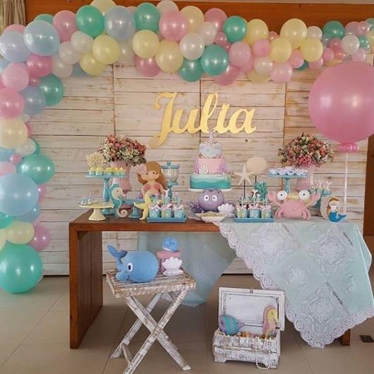 Festa Sereia: Baby com balões coloridos