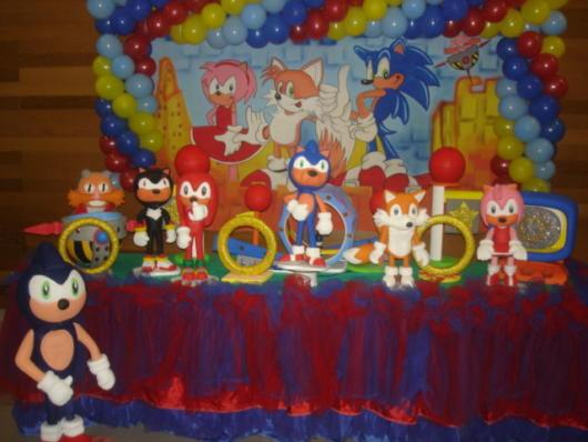 Painel desenhado e miniaturas dos personagens: uma boa ideia para deixar sua festa Sonic original