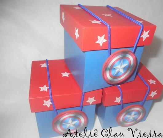 Caixinha de madeira personalizada com as cores do Capitão América