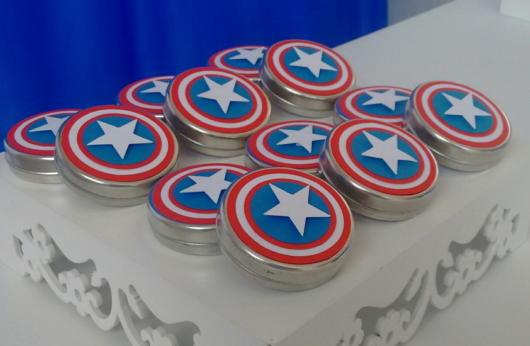 Potinhos com balas decorados com o símbolo do Capitão América