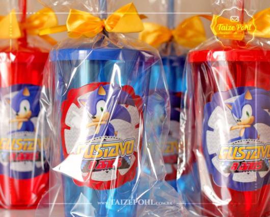 Um copo personalizado e colorido para as crianças amarem