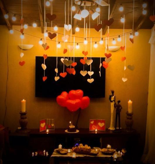 Surpresa de 1 ano de namoro: Decoração com corações no teto