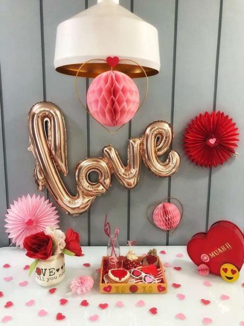 Surpresa de 1 ano de namoro simples: Decoração com flores de papel