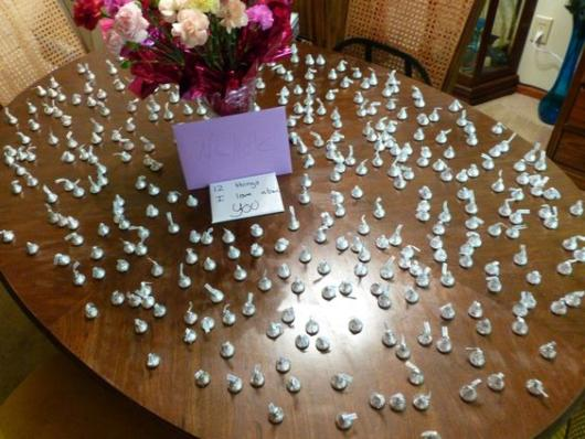 Surpresa de 1 ano de namoro: Mesa com 365 chocolates