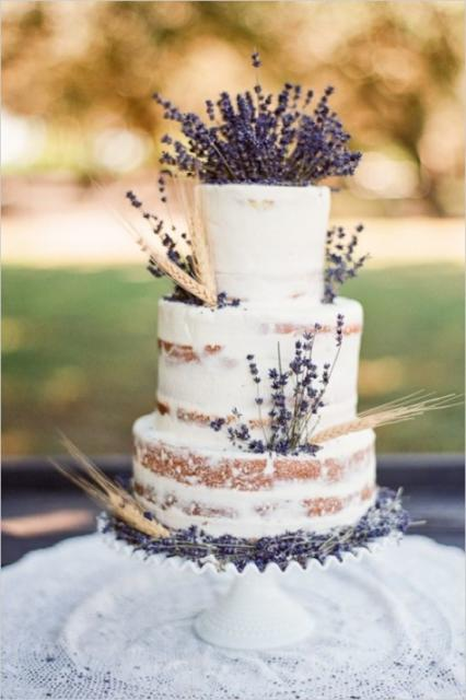 Bodas de Trigo: Bolo decorado com chantilly e flores