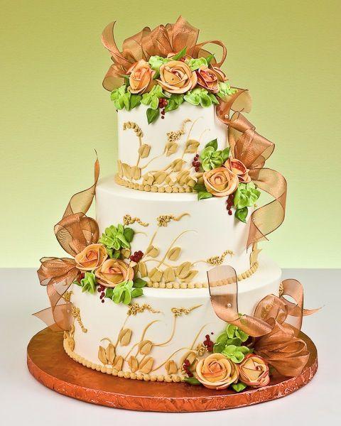 Bodas de Trigo: Bolo decorado com chantilly e flores laranjas