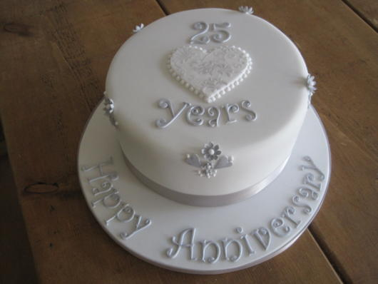 bolo de bodas de prata simples com pasta americana