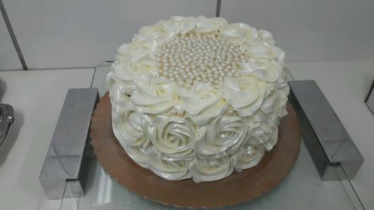 bolo de bodas de prata decorado com pérolas