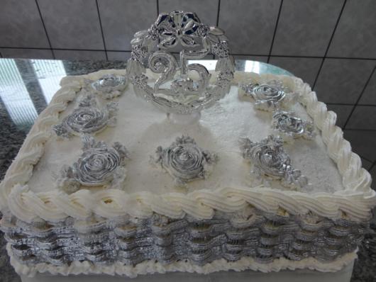 bolo de bodas de prata com chantilly ao redor