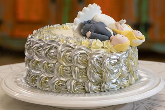 bolo de bodas de prata com flores prata
