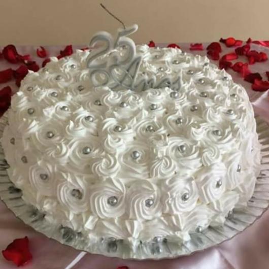 bolo de bodas de prata com rosas simples