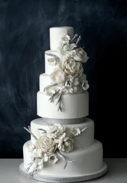 bolo de bodas de prata com rosas brancas