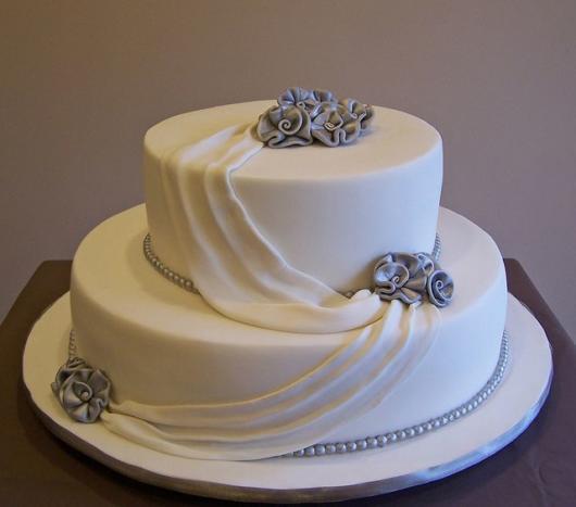 bolo de bodas de prata branco com flores pratas
