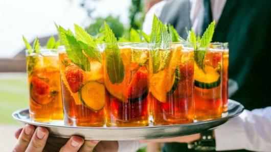 Coquetel de frutas colorido decorado com ervas