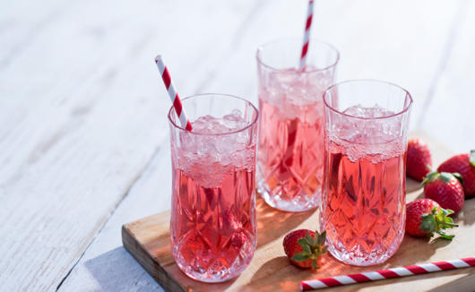 Use água mineral e frutas para criar drinks temáticos