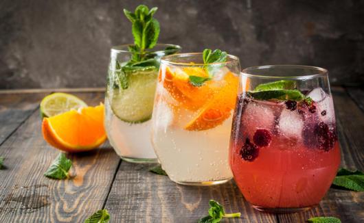 Opções de coquetel com frutas e vodka