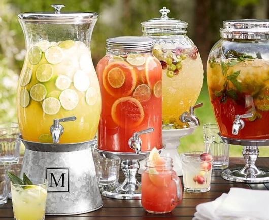 Laranjas e limões são ótimas opções para fazer um coquetel de frutas e ainda decorar a mesa