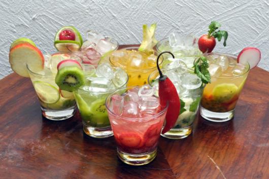 Use frutas e outras opções - como pimenta e rabanete - para decorar taças e copos