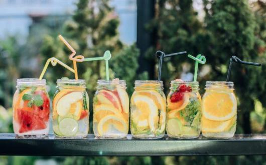 Use muitas frutas para criar coquetéis sem álcool