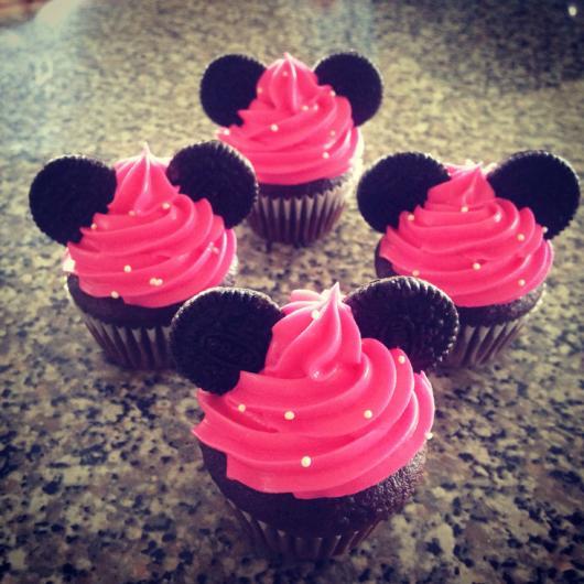 cupcake minnie rosa com ganache e biscoito