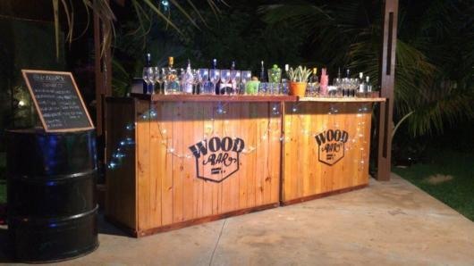 O bar de madeira ou um simples balcão já deixam sua festa mais interessante