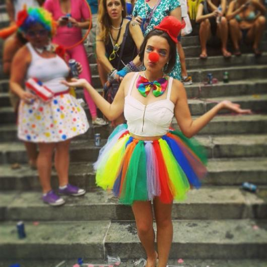 Fantasia com saia de tule colorida: Palhaça