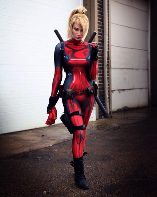 Você pode encontrar muitos modelos de fantasia feminina Deadpool nas lojas especializadas
