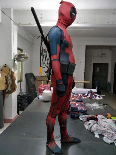 Os detalhes na fantasia masculina podem seguir várias versões do Deadpool