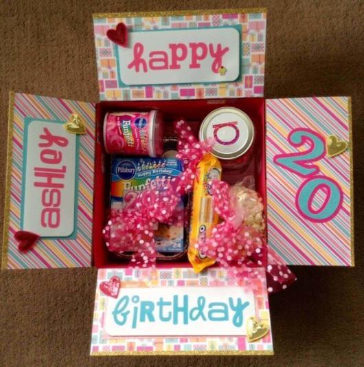 Linda caixa customizada para um aniversário de 20 anos