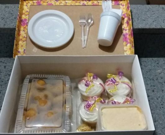 Você pode improvisar ao montar sua festa na caixa simples para amiga