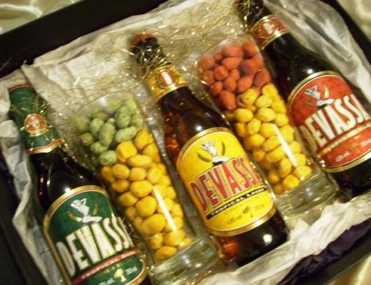 Vários tipos de cerveja com amendoins coloridos nessa caixa temática