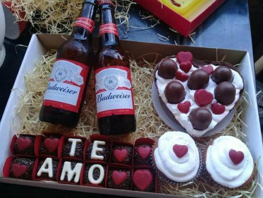 Cervejas Budweiser com docinhos e cupcakes