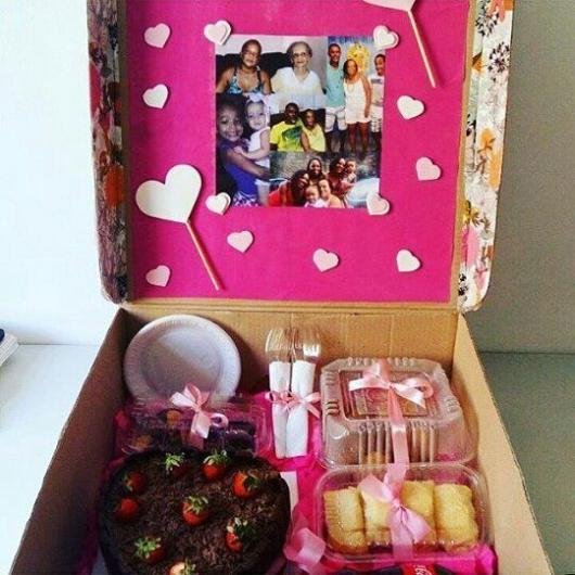 Decore a caixa com várias fotos e mostre seu amor por sua mãe
