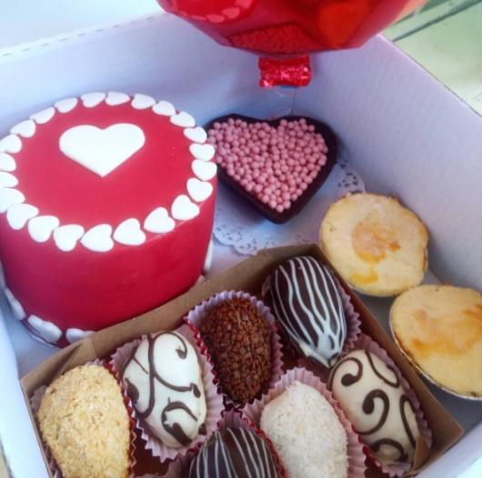 O bolo decorado faz toda a diferença na festa na caixa simples para mãe