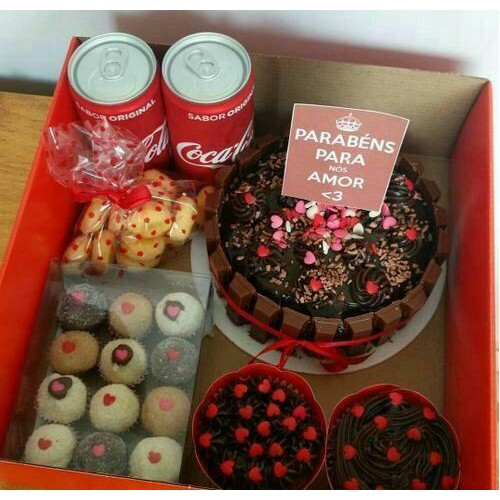 Linda caixa com um bolo de chocolate e muitos doces