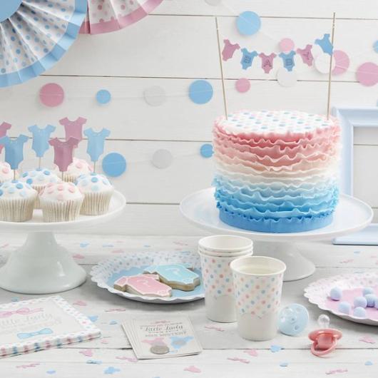 Decoração branca, azul e rosa.