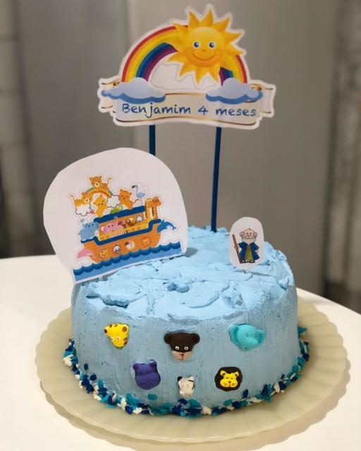 Use os topos de bolo para decorar no caso de festas simples