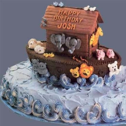 Você pode decorar o bolo com glacê e a arca de pasta americana