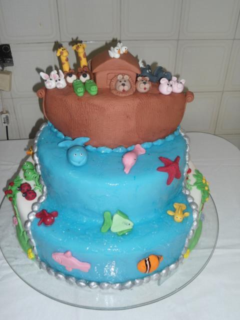 Que tal esse bolo bem colorido da arca de noé