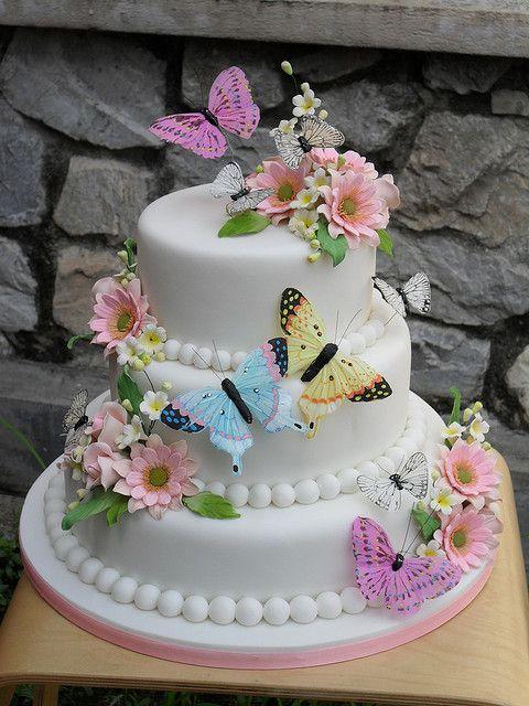 Bolo de borboleta: Com pasta americana e borboletas coloridas