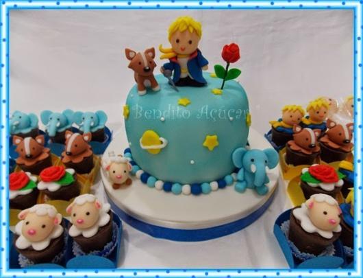 Bolo Pequeno Príncipe de pasta americana azul claro baby