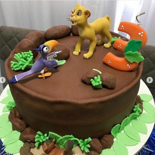 bolo decorado com topos