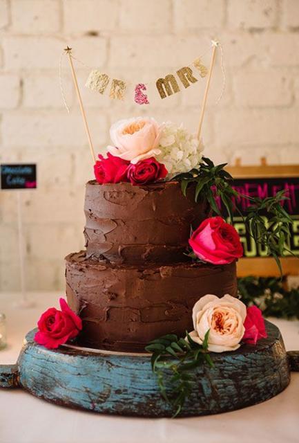 Bolo Rústico: De Chocolate com rosas vermelhas