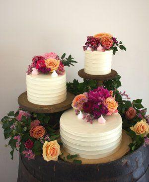 Bolo Rústico: Com flores roxas e laranjas