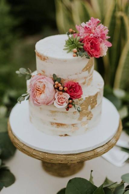 Bolo Rústico: Com flores rosas e vermelhas