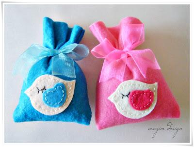 Saquinhos surpresa feitos com feltro rosa e azul